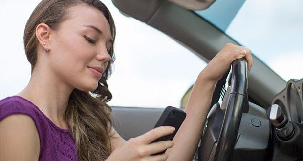 Jak si stojí mladí řidiči za volantem? Píši SMS a pozoruji pohledné chodce!